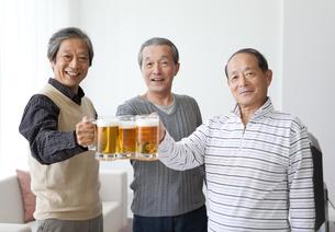 乾杯する中高年男性3人の写真素材 [FYI01285069]