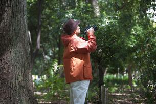 写真を撮る中高年男性の写真素材 [FYI01285088]