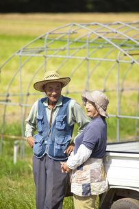 農家の老夫婦と畑の写真素材 [FYI01285122]