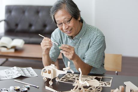 模型に色を塗る中高年男性の写真素材 [FYI01285150]