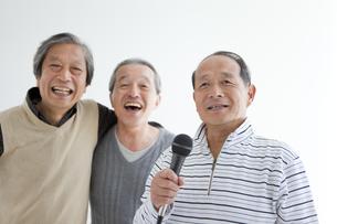 歌う中高年3人の写真素材 [FYI01285171]