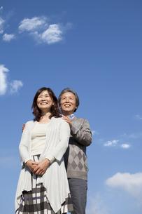 空を見上げる笑顔の中高年夫婦の写真素材 [FYI01285224]
