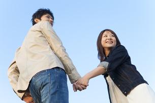 手をつないでいるカップルの写真素材 [FYI01285228]