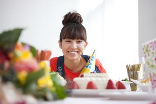 ケーキを見ている笑顔の女性の写真素材 [FYI01285301]