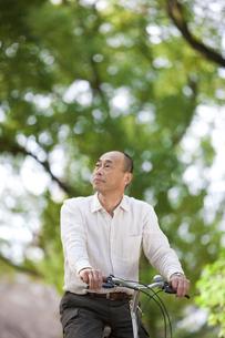 自転車に乗る中高年男性の写真素材 [FYI01285329]