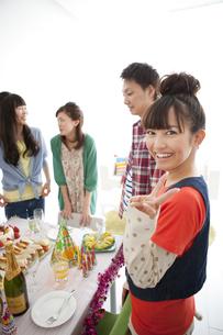 パーティーテーブルを囲む男女4人の写真素材 [FYI01285344]