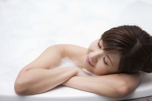 泡風呂に入ってリラックスしている女性の写真素材 [FYI01285403]