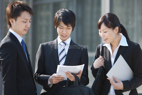 資料を見ているビジネスマンとビジネスウーマンの写真素材 [FYI01285450]
