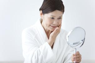 鏡を見ている中高年女性の写真素材 [FYI01285485]