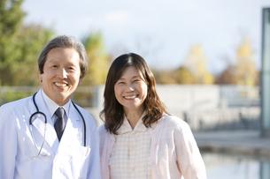 笑顔の女性患者と中高年男性医師の写真素材 [FYI01285490]
