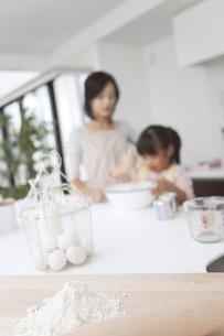 材料とお菓子作りする親子の写真素材 [FYI01285491]