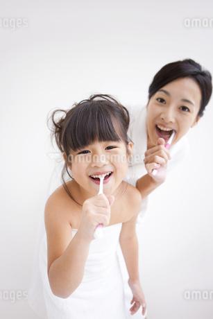 歯磨きしている母と娘の写真素材 [FYI01285492]