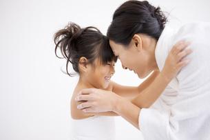 おでことおでこをくっつける母と娘の写真素材 [FYI01285548]