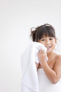 タオルを持っている女の子の写真素材 [FYI01285562]