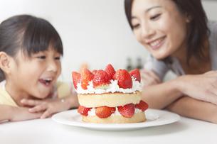作ったケーキと笑顔の親子の写真素材 [FYI01285565]