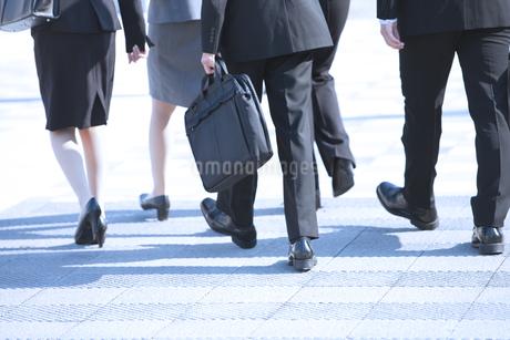 歩くビジネスウーマンとビジネスマンの足元の写真素材 [FYI01285568]
