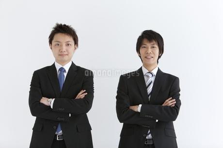 腕組みするビジネスマン2人の写真素材 [FYI01285607]