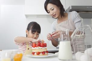お菓子作りする親子の写真素材 [FYI01285609]
