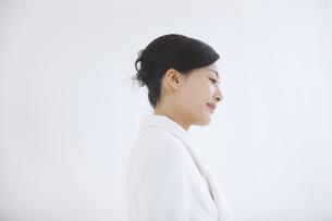 バスローブ姿の女性の横顔の写真素材 [FYI01285755]