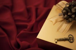プレゼント箱と鍵と布の写真素材 [FYI01285787]