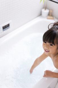 浴槽に手をつける女の子の写真素材 [FYI01285858]