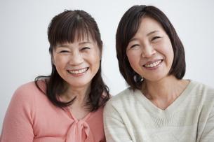 笑顔の中高年女性2人の写真素材 [FYI01285886]