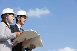 設計図を持っているビジネスマンとビジネスウーマンの写真素材 [FYI01285897]