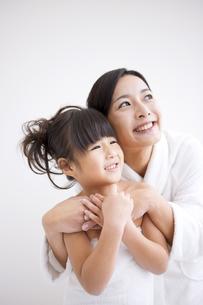 娘に抱きつくバスローブ姿の母の写真素材 [FYI01285911]