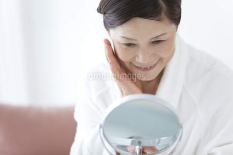 鏡を見ている中高年女性の写真素材 [FYI01285916]