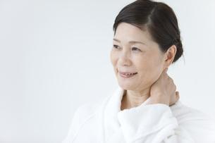 首に手をあてている中高年女性の写真素材 [FYI01286042]