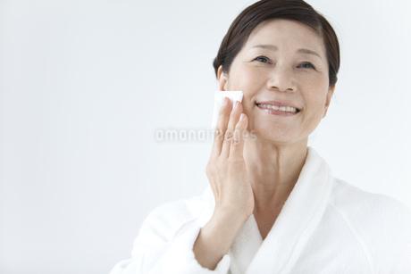 スキンケアする中高年女性の写真素材 [FYI01286065]