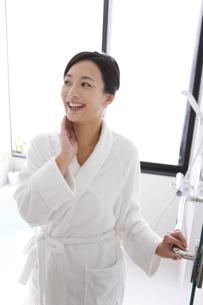 バスルームでバスローブ姿の女性の写真素材 [FYI01286105]