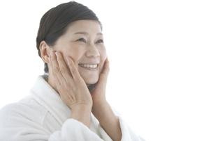 頬に手をあてている中高年女性の写真素材 [FYI01286107]