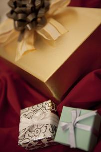 プレゼント箱と布の写真素材 [FYI01286117]