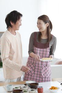 朝食の準備をする中高年女性と夫の写真素材 [FYI01286208]