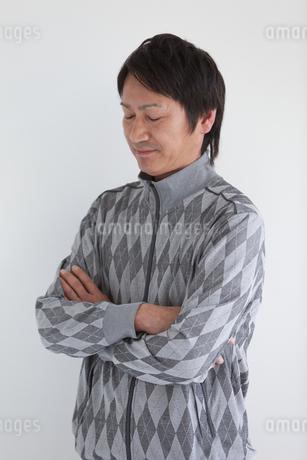 腕組みをする中高年男性の写真素材 [FYI01286222]