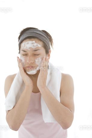 洗顔している男性の写真素材 [FYI01286224]