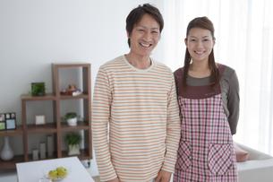 笑顔の中高年夫婦の写真素材 [FYI01286239]
