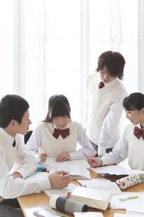 勉強する男女中高生4人の写真素材 [FYI01286259]