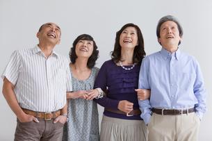 見上げる笑顔の中高年4人の写真素材 [FYI01286270]