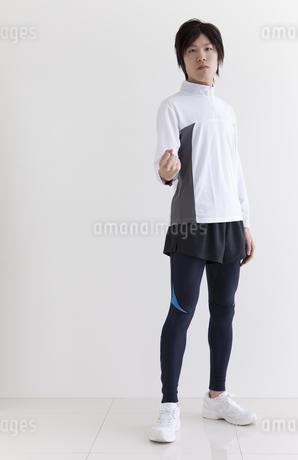 スポーツウエアを着てガッツポーズする男性の写真素材 [FYI01286286]