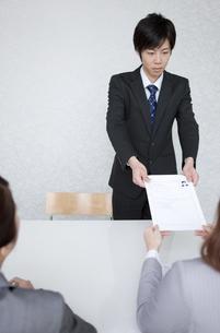 履歴書を渡すビジネスマンの写真素材 [FYI01286357]