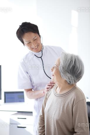 見つめ合うシニア女性と男性医師の写真素材 [FYI01286358]