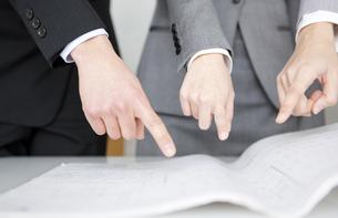 設計図を指差すビジネスマン3人の写真素材 [FYI01286380]