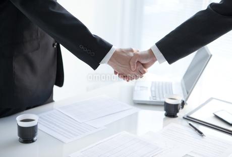 握手をするビジネスマンの写真素材 [FYI01286383]