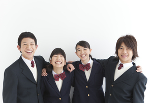 肩を組んでいる笑顔の男女中高生4人の写真素材 [FYI01286404]