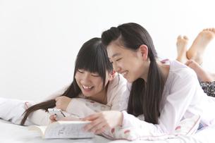部屋でくつろぐ女子中高生2人の写真素材 [FYI01286409]