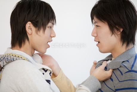 喧嘩をする男性2人の写真素材 [FYI01286418]