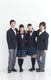 肩を組んでいる笑顔の男女中高生4人の写真素材 [FYI01286437]
