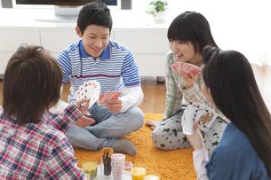 トランプをして遊ぶ男女中高生4人の写真素材 [FYI01286476]